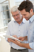 Senior man learning how to use electronic tablet — Stock Photo