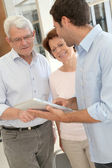 Senior learning how to use electronic tablet — Stock Photo