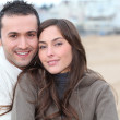 Young couple spending a week-end at the beach in winter — Stock Photo