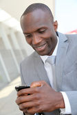 携帯電話を使用して実業家の肖像画 — ストック写真