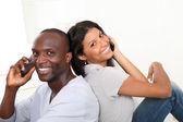 Portriat счастливая пара, с помощью мобильного телефона — Стоковое фото