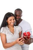 Man erbjuder gåva till kvinna på hennes födelsedag — Stockfoto