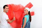 Couple s'amuser à peindre leur nouvelle maison — Photo