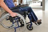 坐在轮椅上的女人的特写 — 图库照片