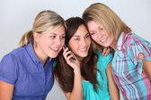 Gruppe von freunden mit handy — Stockfoto