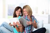 Freundinnen, die Lektüre auf elektronischen pad — Stockfoto