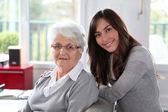 Primer plano de una anciana con mujer joven — Foto de Stock
