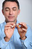 Close-up do homem tentando parar de fumar — Foto Stock