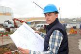 Ingenjör på byggarbetsplats med byggnadsplan — Stockfoto