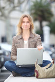 Woman using laptop computer — Stockfoto