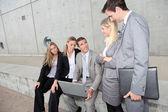Grupp av fem affärsmöte framför byggnaden — Stockfoto