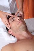 человек, имеющий массаж лица в спа-центре — Стоковое фото