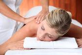 Closeup schöne Frau mit auf eine Massagebett — Stockfoto