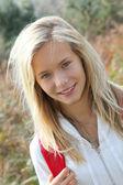 Primo piano di una bella ragazza su escursioni giorno — Foto Stock