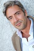 şehirde yakışıklı olgun adam portresi — Stok fotoğraf