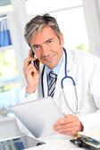 Retrato de médicos usando tablet eletrônico — Foto Stock