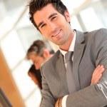 Portret van smilng zakenman met gekruiste armen — Stockfoto