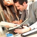 verksamhet team kontrollera planering på dagordningen — Stockfoto