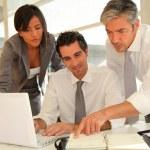 verkoopteam met bedrijfspresentatie in kantoor — Stockfoto