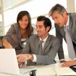 equipe de vendas com apresentação de trabalho no escritório — Foto Stock
