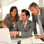 Sales-Team mit Business-Präsentation in office — Stockfoto