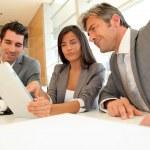 reunião de negócios com a placa eletrônica — Foto Stock