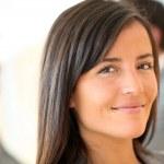 Portret van prachtige zakenvrouw permanent voor groep — Stockfoto