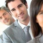 lachende zakenman permanent onder groep — Stockfoto