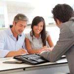 vader en tiener ondertekening van lening contract — Stockfoto