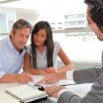padre y niña firma contrato de préstamo — Foto de Stock