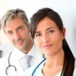 piękne pielęgniarki stałego z medycznego — Zdjęcie stockowe