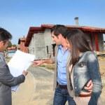 fastigheter agent visar plan till unga hem investerare — Stockfoto