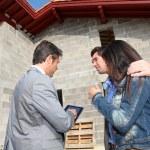 casa mostrando agente inmobiliario en construcción a pareja — Foto de Stock