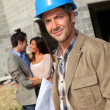 Portrait d'entrepreneur souriant, debout sur le chantier de construction — Photo