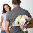 Man giving bunch of flowers to girlfriends — Foto Stock