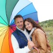 Smiling couple on a raining day - Stockfoto