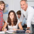 Teacher with students in classroom — Stock fotografie