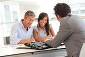 Far och tonåring registrerar låneavtalet — Stockfoto