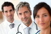 チーム医療の中で立っている医者の肖像画 — ストック写真
