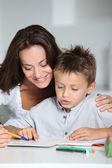 Mor och barn gör läxor — Stockfoto