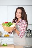 Schöne frau stading in küche mit schürze — Stockfoto
