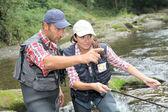 Man och kvinna flugfiske i floden — Stockfoto