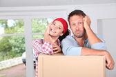 Closeup de casal descansando em caixas — Foto Stock