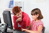 Barn som sitter i klassrummet framför dator — Stockfoto