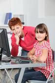 Kinderen zitten in klas achter computer — Stockfoto