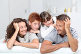 Mutlu bir aile evde kanepede döşenmesi 4 — Stok fotoğraf