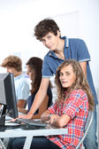 Tonåringar i computing klass — Stockfoto