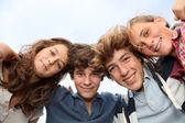 Grupa nastolatków po szkole — Zdjęcie stockowe