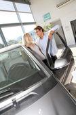 Par som funderar på att köpa en ny bil — Stockfoto