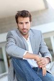 Retrato de hombre de negocios sentado edificio exterior — Foto de Stock